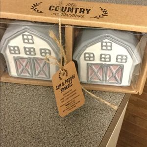 Barn salt and pepper shakers